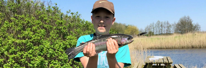dreng-med-fisk